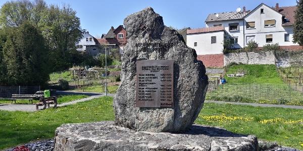 Gedenkstein an die Philippsteiner Bergbaugeschichte im Zentrum des Stadtteiles