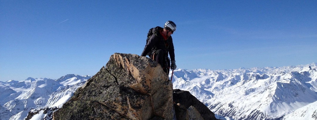 Weiter oben am ausgesetzten Grat, kurz vor dem Gipfel wird's wieder leicht. Meist stapft man im Schnee die letzten Meter zum Gipfelkreuz.
