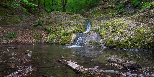 Unter dem Ördögmalom-Wasserfall