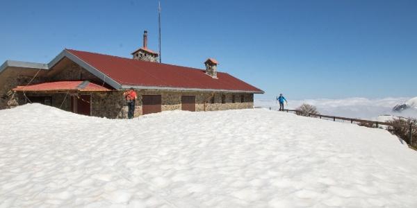 im Winter liegt auf der Terrasse der Kalergi Hütte viel Schnee