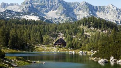 Koča pri Triglavskih jezerih - umrahmt von Bergen und Seen
