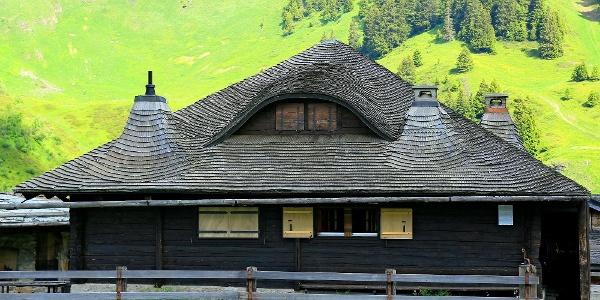 Haus mit Schindeldach beim Weiler Morgez.