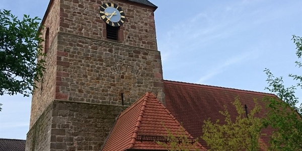 Besonderes Wahrzeichen der Kirche ist das Turmdach