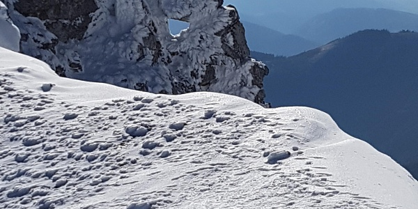 Felsenloch nahe der Einfahrt