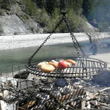 Grillieren am Rheinufer in der Rheinschlucht