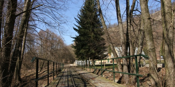 A Godóvár állomás melletti híd a Kemence-patakon