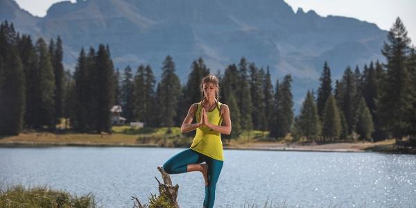 Posizione yoga dell'albero