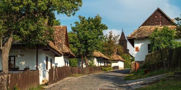 Hollókő főutcája időkapszulaként őrzi a hagyományos palóc építészet emlékeit