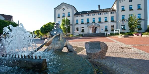 Rathaus mit Denkmal in Rodenberg