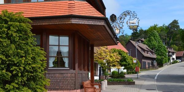 Das Hotel Restaurant Vinothek Lamm lädt zum Einkehren oder auch zu einer Weinverkostung ein