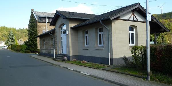 """Der ehemalige Bahnhof von Weibern wird heute als Tuffsteinmuseum """"Steinmetzbahnhof"""" genutzt."""