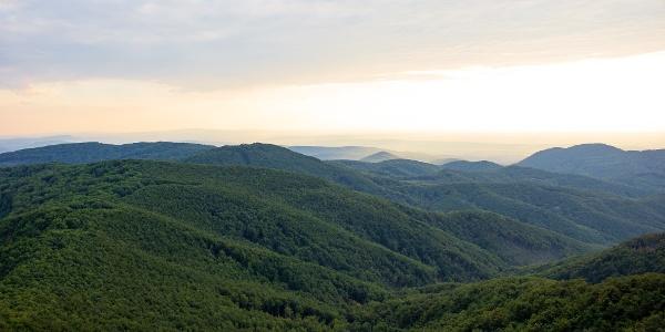 Panoráma a Csóványosról a Vár-bérc és a Nagy-Hideg-hegy felé