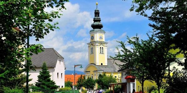 Blick zur Pfarrkirche Wenigzell, c Zug