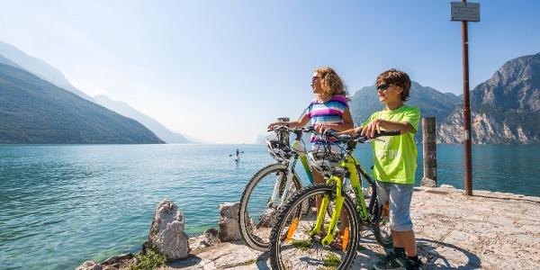 In bici sul lungolago