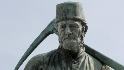 Henner, der Bergmann, symbolisiert die mehr als zweieinhalb Jahrtausende alte Eisenerzgewinnung ind er Region.