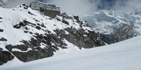 Die Hütte während des Aufstiegs