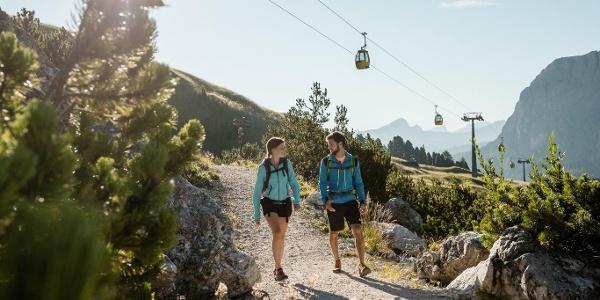 Walking trail Passo Gardena