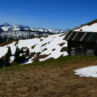 an den Hütten auf ca. 1600 m erste Schneeberührung