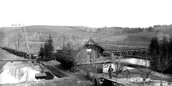 Da Bruthaus der Fischzucht Hans Köttl um 1900 im vordergrund der der Gründer der Fischzucht Köttl