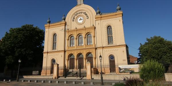 A pécsi zsinagóga nagytermében ma kiállítások várják a betérőt