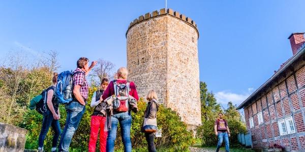Wandergruppe an der Burg Ravensberg