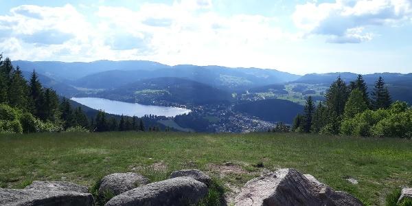 Schöne Aussicht auf den Titisee vom Hochfirst; danach an den Steinen vorbei und geradeaus den Berg hinunter