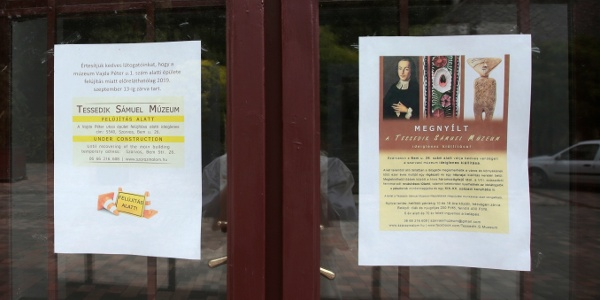 Kifüggesztett tájékoztatók a várható nyitásról, és az ideiglenes kiállításról.