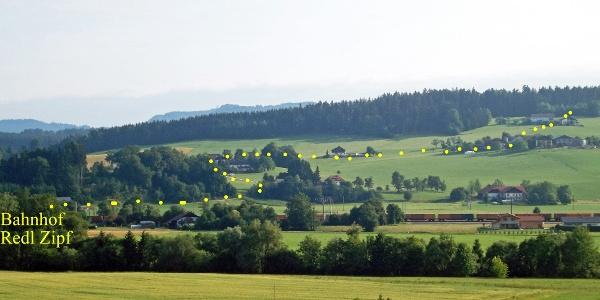 Blick auf die Wanderroute vom Bahnhof Redl-Zipf über Karolinenhöhe zum Freilichtmuseum Stehrerhof.