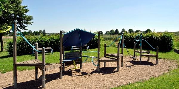 Der Spielplatz Saffeweg liegt im Neubaugebiet Monplaisier direkt am Feldrand.