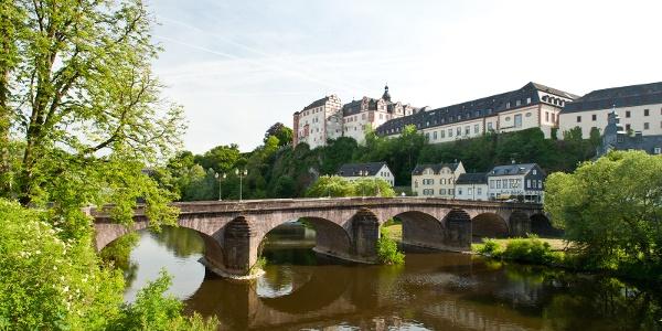 Schloss Weilburg thront über der Lahn