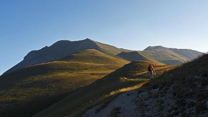 Hiking uo by Monte Vettore S ridge