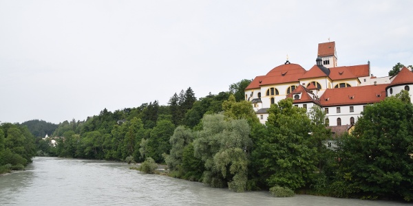 Blick von der Theresienbrücke auf das ehemalige Kloster St. Mang