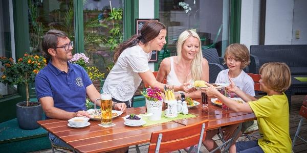 Gemeinsames Familienessen im Ferienhotel Mühlleithen
