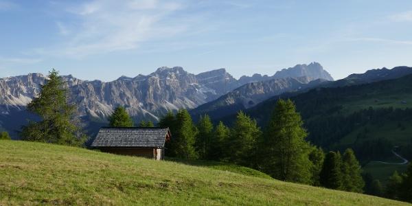 Entlang unserer Wanderung, die uns vom Weiler Vì hinauf zur Vaciara-Alm zunächst durch Wald und dann durch saftige Almwiesen führt, genießen wir einen wunderbaren Ausblick auf die umliegenden Dolomiten wie den Heilig-Kreuzkofel, die Puez-Gruppe und den markanten Peitlerkofel.