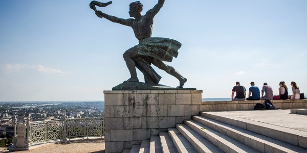 A fáklyás alak a Szabadság-szobor aljában