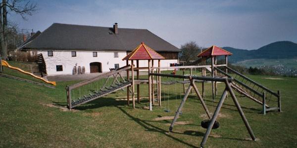Spielplatz mit Hofansicht