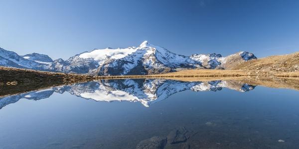 Im Koflersee spiegelt sich der Schneebige Nock