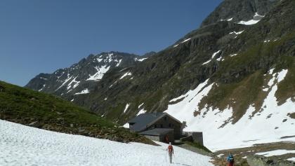 Die Tuoi-Hütte, zu der von der Talseite eine Fahrweg führt