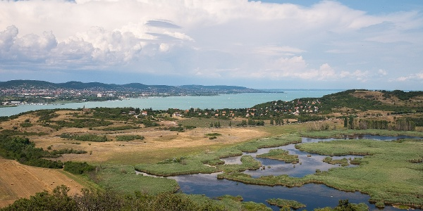 A panoráma Balatonfüred és a Külső-tó felé az Őrtorony-kilátóból