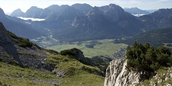 Auch der Tiefblick auf das Ehrwalder Becken und zur Mieminger Kette hat seine Reize.
