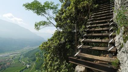 Holztreppen und Ausblick auf dem Sentiero degli Scaloni