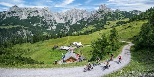 Biker vor den Loseggalmen und dem Gosaukamm