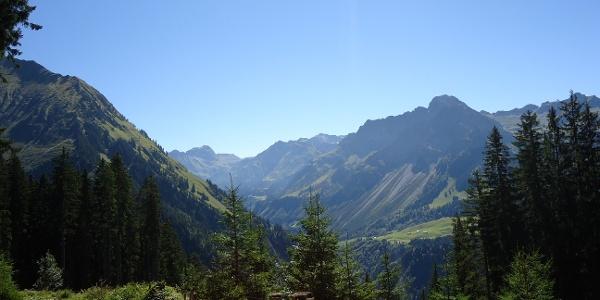 Blick in die Bergwelt während dem Anstieg auf den Diedamskopf