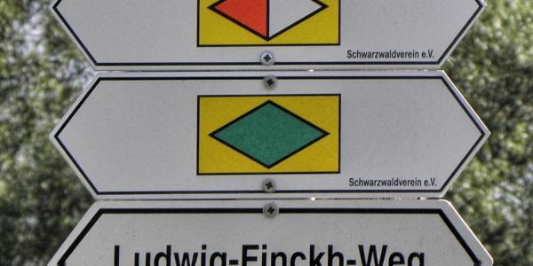 Wanderwegsymbole: Querweg Freiburg-Bodensee, Schwarzwald-Jura-Bodensee-Weg und Ludwig-Finck-Weg