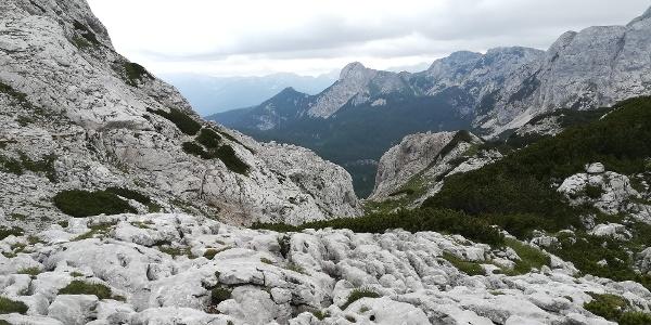 am Weg zum Vodnikov dom na Velem poljua, über die Konjska planja mit Blick nach Süd-Südosten