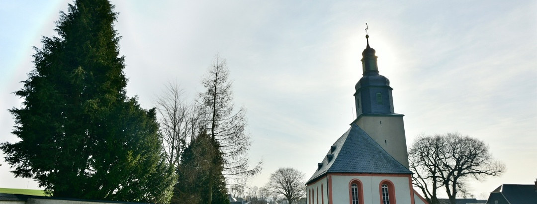 Kirche in Ebersgrün - Ansicht mit Friedhofsmauer