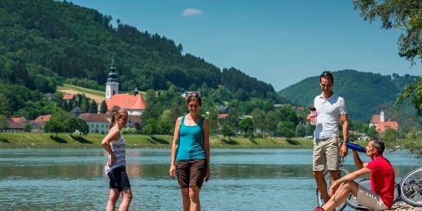 Donaustrand bei Neustift, Blick auf Stift Engelszell