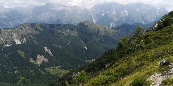 Erfahrungen aus dem Vortag, der 16. Etappe: das Valle di Uccea – im Hintergrund ganz rechts beginnend die Baba Grande, der Mt. Lasca Plagna und (bewölkt) der Mt. Canin