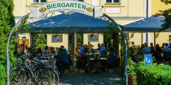 Biergarten im Schloßpark von Türkheim