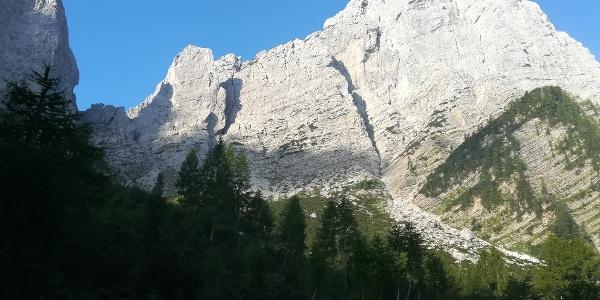 nach dem Foran da la Gjaline ein Blick nach Südwesten zum Forca Nuviernulis (li.) und Mt. Sernio